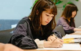 女性が勉強中